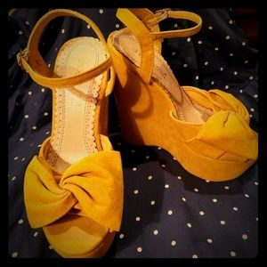 Velvet yellow wedge shoes